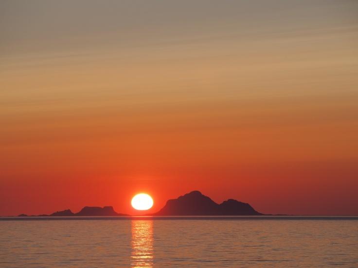 Auringonlasku n. yhdeltä yöllä.