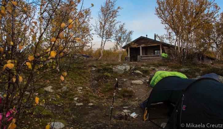 Telttapaikka Kuohkimajärven tuvan pihapiirissä. Tasaista paikkaa etsittiin hetki, mutta löydettiin lopulta kelvollinen.