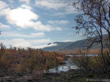 Kuohkimajärvi ja taustalla Dánta sekä Baikkasvárri