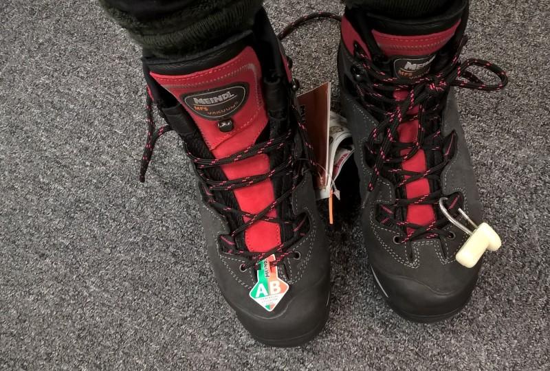 Meindl Vakuum (Lady) 2.0 GTX. Mukavat jalassa nämäkin ja pohjan kaarevamman muotoilun ansiosta rullaavat kivasti. Tässä jalassa vielä liikkeessä sovittaessa. Kulkivat nätisti Norjan ja Ruotsin ylängöillä liikkuessa kuukausi takaperin.