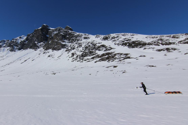 Kea hiihtää kohti Nalloa.