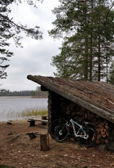 Pyörät parkissa Lipposensalmen laavulla.