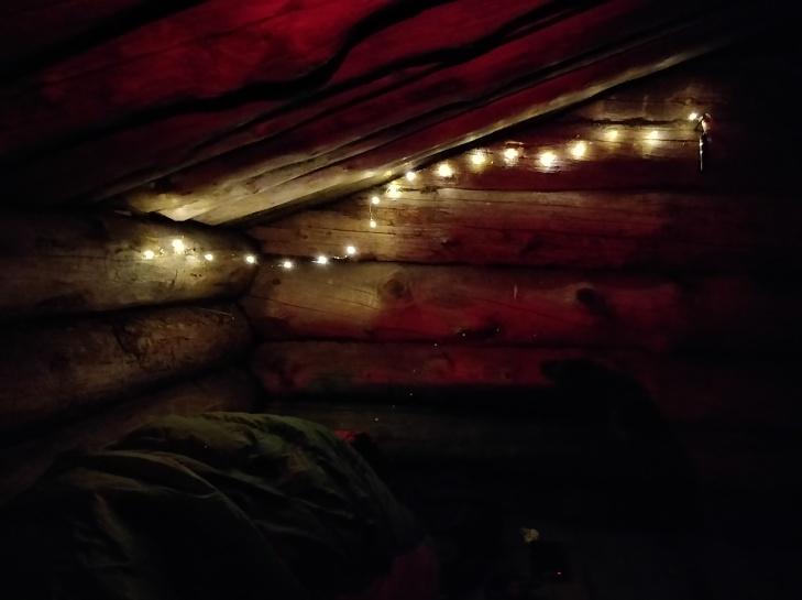 Yöhön koristeltu laavu.