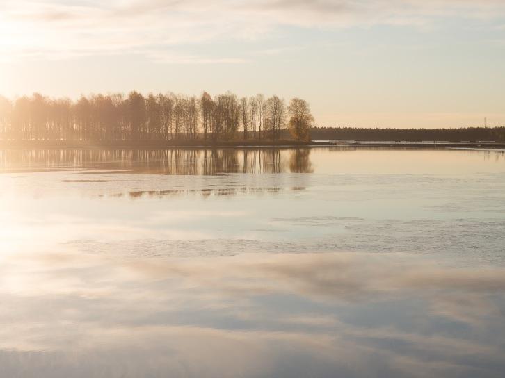 Auringonnousu Kuusamojärven Somostenperällä.